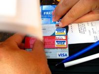 """Bancherii se bat pe noua reteta de """"credit cu dobanda zero"""": ratele pe card"""