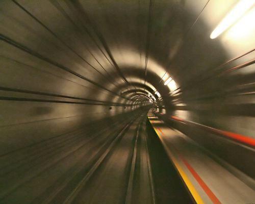 [Imagine: cele-mai-spectaculoase-tuneluri-din-lume_11.jpg]