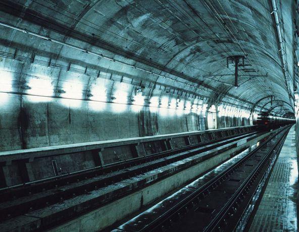 [Imagine: cele-mai-spectaculoase-tuneluri-din-lume_14.jpg]