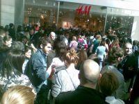 BATAIE pe haine! Vezi imagini cu lansarea primului magazin H&M din Bucuresti