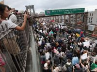 Incep revoltele cauzate de criza economica. Americanii protesteaza pe Wall Street, locul de unde a pornit totul VIDEO