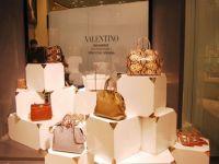 Pantofi celebri si rochii haute couture. Cum arata magazinul Valentino din Capitala FOTO
