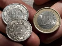 Criza din Grecia slabeste moneda unica. Euro scade fata de dolar si francul elvetian