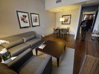 Bucataria ascunsa in sufragerie, noua moda in designul de interior. Numai sistemul de actionare costa 100.000 dolari