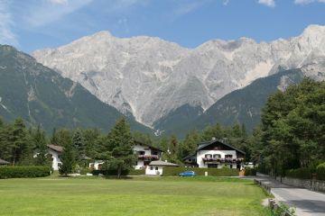 Comune ca-n Austria, in Romania satelor pline de gropi si noroi. Primarii lor nu au stat cu mana intinsa la Guvern, ci au folosit fondurile europene