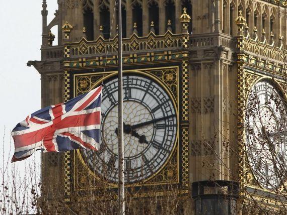 Fitch a retrogradat ratingul Marii Britanii