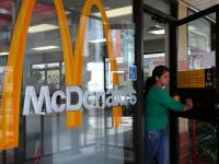 McDonald's, doborat de recesiunea din Europa si somajul din SUA. Profit si vanzari sub asteptari, in trimestrul al doilea