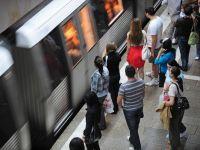 Sindicalistii din transportul public protesteaza, miercuri, in Piata Constitutiei, dupa ce astazi au oprit metroul pentru doua ore