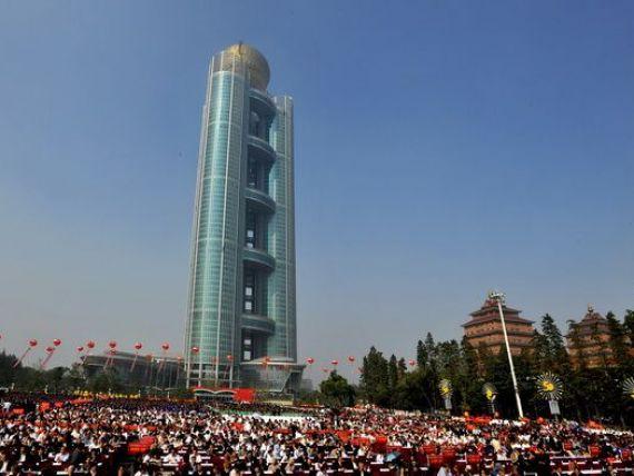 Cel mai bogat sat din lume. Fiecare locuitor are cel putin 250.000 dolari in cont, statuia din centru este facuta dintr-o tona de aur masiv, iar taxiurile sunt elicoptere