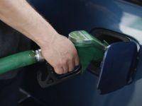 Benzina, motorina, tigarile si alcoolul s-ar putea ieftini de la 1 ianuarie. Accizele ar trebui sa scada cu 5%, in 2015