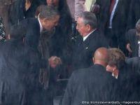 Gest istoric. Barack Obama a dat mana cu Raul Castro la ceremonia dedicata lui Mandela