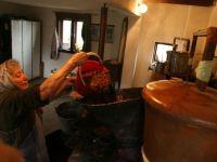 Statul obliga agricultorii sa declare, pe propria raspundere, ca produc tuica si rachiu in gospodarie, in vederea accizarii