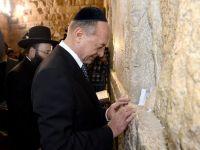 Basescu a vizitat Mormantul Sfant si Zidul Plangerii din Ierusalim, unde a lasat un bilet cu o dorinta