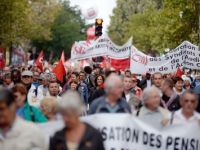Mii de persoane manifesteaza la Paris impotriva politicii presedintelui Hollande