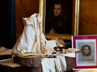 Ultimele articole vestimentare purtate de Imparatul Napoleon I, scoase la licitatie