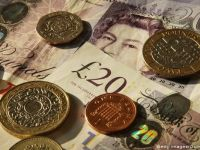 Lira sterlina a coborat la minimul ultimelor 11 luni fata de dolar