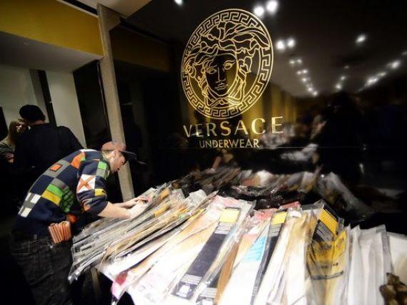 Versace vinde o participatie de 20% la companie celui mai mare fond de investitii din lume, Blackstone, pentru 210 mil. euro. Tranzactia evalueaza casa de moda la 1 mld. euro