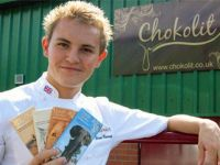 La 14 ani a deschis o afacere din cea mai dulce pasiune: ciocolata. Premierul Marii Britanii a vrut sa-l cunoasca pe tanarul diagnosticat cu  tulburari de concentrare  devenit  Antreprenorul Anului