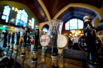 Afacerea de nisa in plin avant in Romania: barurile care vand bauturi de colectie, unde o sticla de bere poate costa si 850 de lei