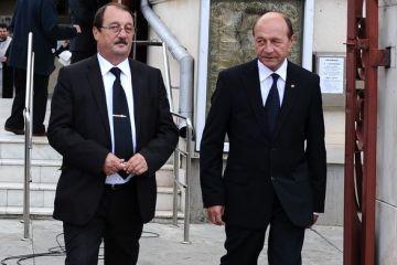 Mircea Basescu, fratele presedintelui, retinut de procurorii anticoruptie, in dosarul in care fiul lui Bercea Mondial il acuza de trafic de influenta. Victor  Ponta cere demisia lui Traian Basescu