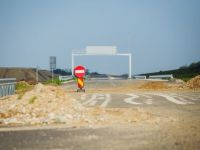 Autostrazi de 4 mld. euro bat pasul pe loc: nu au nici data de start, nici de final; Cand are guvernul dreptate? Cifrele privind economia difera de la un document la altul; Compania care a venit in Romania sa fure clientii McDonald s