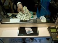Euro a coborat cu aproape 1 ban, la 4,3965 lei, minimul a sapte luni si jumatate. Dolarul a urcat cu 4,26 bani
