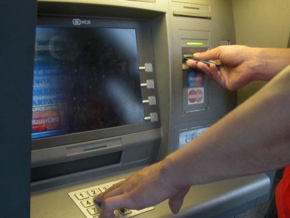 Comsioanele la bancomat cresc de 6-7 ori atunci cand sunt folosite ATM-urile altor banci. Asociatia Utilizatorilor de Servicii Financiare sprijina afisarea costurilor pe ecranele terminalelor
