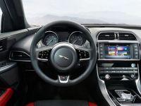 Jaguar intra pe cel mai aglomerat segment al pietei vehiculelor de lux cu sedanul XE. Cel mai ieftin model al producatorului britanic tinteste generatia iPad si concureaza BMW serie 3. FOTO