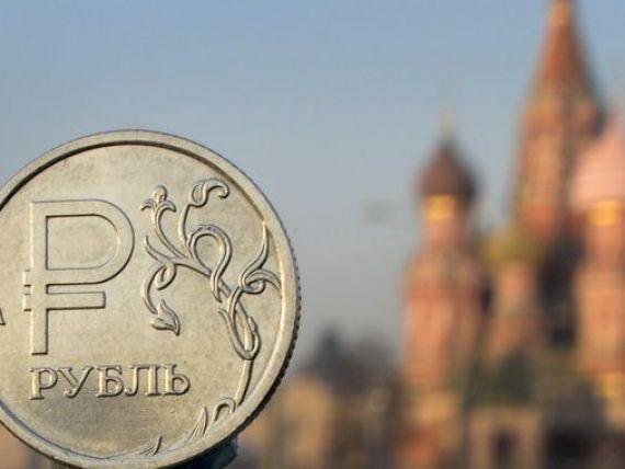 Dupa sanctiunile Occidentului si cele mai ample iesiri de capital din 2008, declinul accentuat al cotatiilor petrolului  ingroapa  Rusia. Riscul de intrare in recesiune a crescut la un nivel record