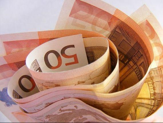 Euro bate la usa, Romania nu este pregatita; povestea fabuloasa a romanului care s-a saturat sa munceasca in corporatie si a plecat de unul singur in jurul lumii; bancile au ajuns sa-si plateasca datornicii