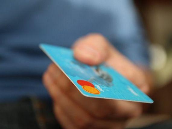 Tranzactiile cu cardul s-au dublat in 2015 fata de 2008. Statul intretine cozile umilintei ignorand platile moderne