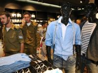 Retailerii din Militari Shopping Center au vandut de jumatate de miliard de euro, in crestere cu 15%. Compania a atras anul trecut trei mari chiriasi: H&M, KFC si Adidas