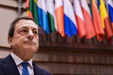 Mario Draghi, injurat de o protestatara care a urcat pe biroul lui, in timpul unei conferinte