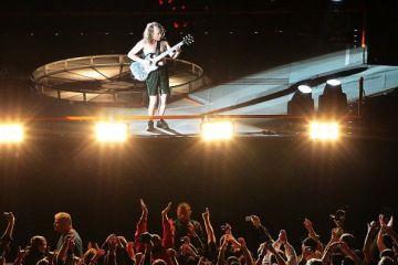 Ofertele agentiilor de turism pentru concertele anului in Europa. Cat te costa sa-i vezi pe AC/DC, Nick Cave sau Maroon 5 la Londra, Barcelona si Amsterdam