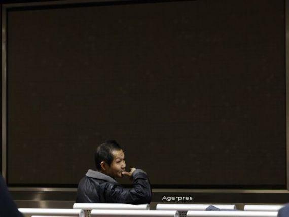 Bursele din China, inchise prematur dupa o noua cadere de 7%.  Circuit breaker  provoaca panica in randul investitorilor. PBOC coboara cursul yuanului in raport cu dolarul la cel mai scazut dupa martie 2011
