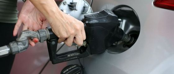 De ce se scumpește benzina în 2019. Cu cât crește prețul la pompă