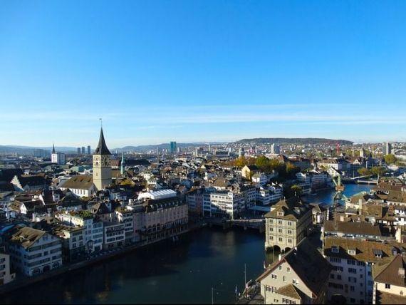 10.000 de franci, distribuiti trecatorilor in gara din Zurich. Elvetia ar putea introduce un  venit de baza neconditionat , de 2.500 de franci