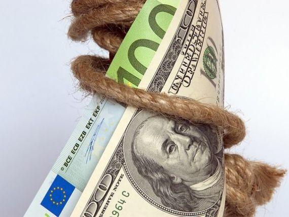 Dolarul ajunge aproape de paritatea cu euro, pe pietele internationale. La BNR, euro si dolarul urca in tandem. Moneda americana se apropie de 4,3 lei