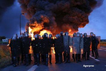 Proteste extreme in Franta. Manifestantii au blocat rafinarii si depozite de carburanti, nemultumiti de reforma dreptului muncii