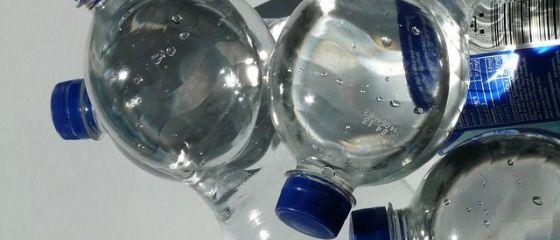 Apa îmbuteliată ar putea fi timbrată, la fel ca alcoolul și țigările