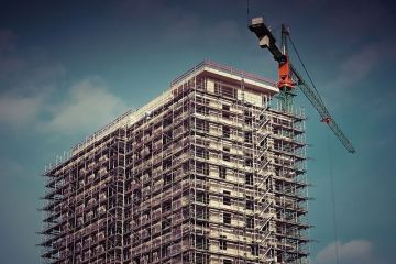 Analiști imobiliari: Oferta în creștere și creditele mai puțin accesibile vor duce la o ieftinire a locuințelor cu 20-30%, în următorii doi ani