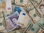 Leul se depreciaza in raport cu euro si dolarul