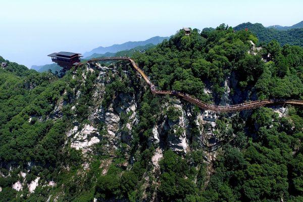 Senzatii tari in China! Autoritatile au inaugurat, in parcul national Shaohuashan, o punte din lemn, cu podea de sticla, prin care trecatorii pot vedea prapastia de dedesubt. Foto: Xinhua/Tao Ming/Agerpres