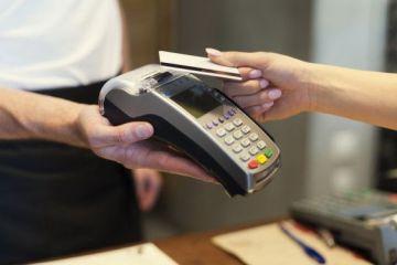 Plata cu cardul, posibila in toate magazinele si institutiile publice, din 1 ianuarie. Cum va functiona sistemul  cash back