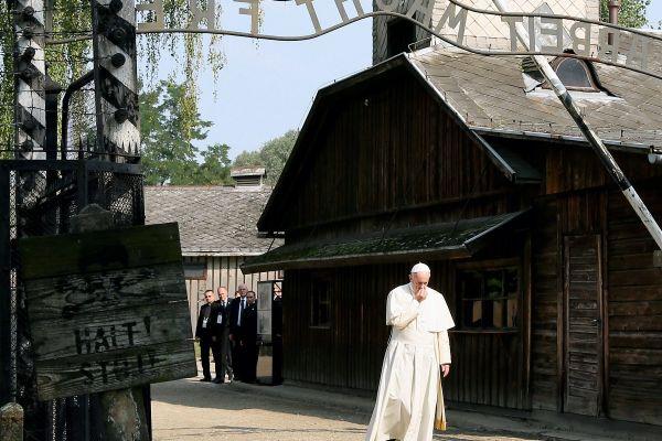 Papa Francisc intra pe poarta fostului lagar nazist Auschwitz II – Birkenau, in timpul vizitei sale in Polonia. Suvernaul Pontif s-a rugat in celula Sfantului Maximilian Kolbe si a vorbit cu supravietuitori ai lagarului. EPA/PAWEL SUPERNAK/AFERPRES