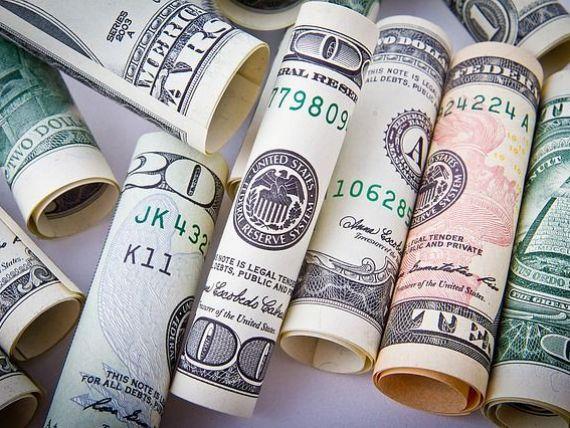 Euro coboara sub 4,56 lei, iar dolarul atinge cel mai scazut nivel din 2016