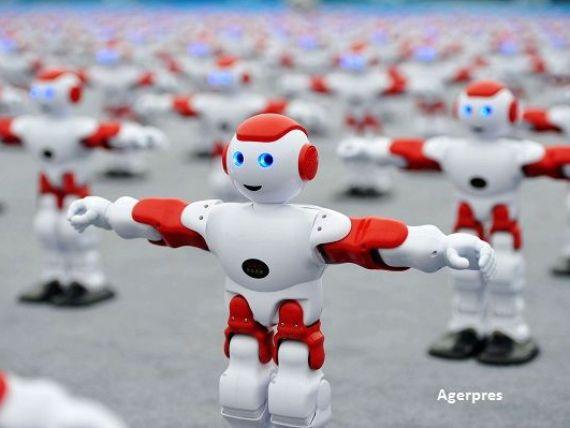 Evenimentul la care toti angajatii au fost inlocuiti cu roboti. Armata de peste 1.000 de umanoizi care au dansat simultan, controlati cu un singur telefon