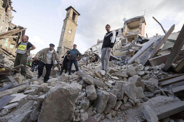 Echipele de salvare cauta supravietuitori, dupa cutremurul de 6,2 grade care a lovit centrul Italiei. Cel putin 38 de oameni s-au pierdut viata, iar orasul Amatrice a fost daramat aproape in intregime. Foto: EPA/MASSIMO PERCOSSI/AGERPRES