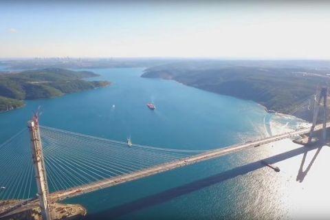 Turcii au inaugurat al treilea pod peste Bosfor, care leaga Europa de Asia. Este unul dintre cele mai lungi poduri suspendate din lume si cel mai lat. FOTO si VIDEO