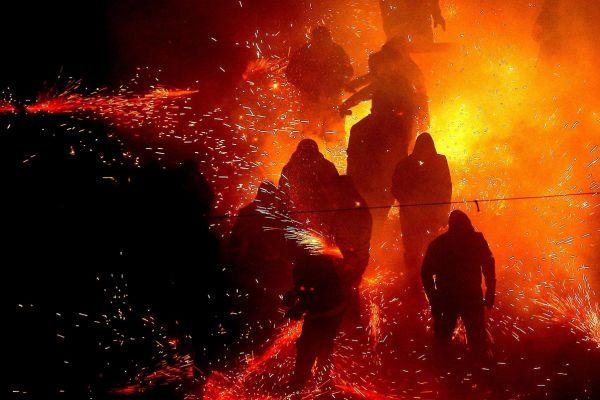 70.000 de artificii, lansate pe strazile din Paterna, Valencia, in timpul unor sarbatori traditionale. Foto: EPA/MANUEL BRUQUE/AGERPRES